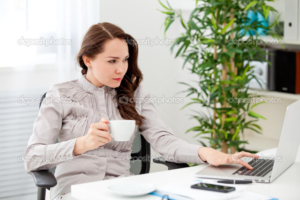 Resultado de imagen de imagenes     mujer  tomando   café