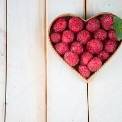 Retro Kitchen Table White Corner Cabinet 在心脏形状篮子里的厨房桌子上的新鲜树莓 图库照片 C Merc67 51545685 在白色背景的复古的厨房桌子上心风格形状篮子里的新鲜有机树莓 照片作者merc67