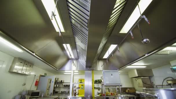 commercial kitchens medallion kitchen cabinets 在一个空的商业厨房附近查看 图库视频影像 c hotelfoxtrot 44580703