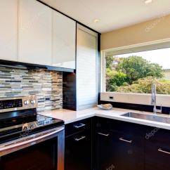 Modern Kitchen Backsplash Retro Table And Chairs 现代厨房的房间设计 图库照片 C Iriana88w 40116587 黑色和白色的现代厨房房多颜色后挡板 照片作者iriana88w