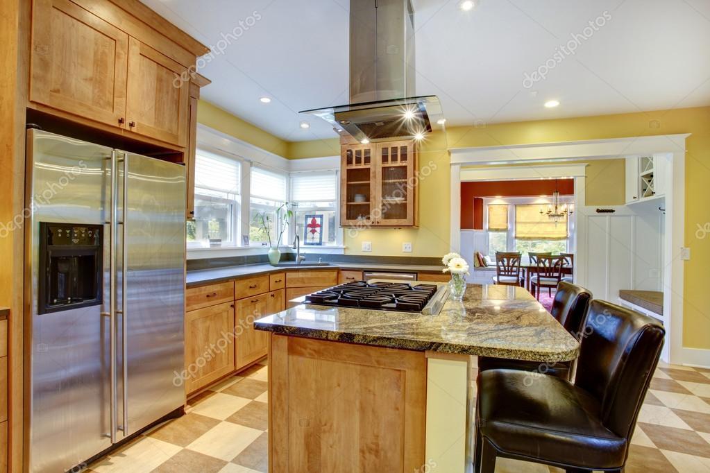 island kitchen hood cost of remodeling a 厨房内部 图库照片 c iriana88w 44904931 黄色厨房内饰 岛上有内置的炉灶和厨房罩 它上面的视图 照片作者iriana88w