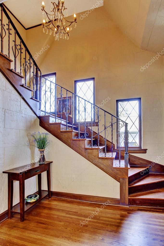 interno di casa di lusso corridoio dingresso con scala  Foto Stock  iriana88w 50328535