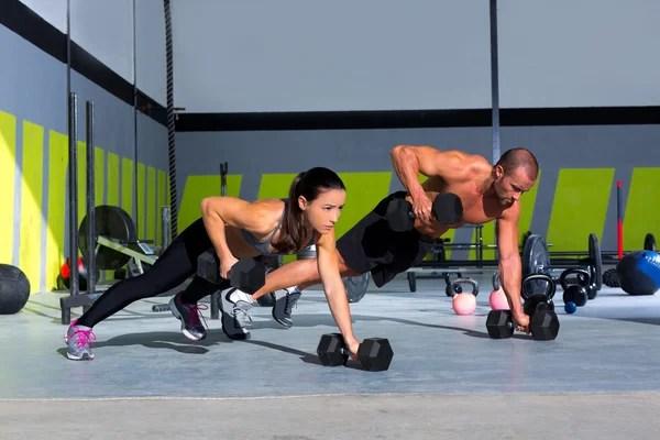 flexiones de la fuerza gimnasio hombre y mujer push-up — Foto de Stock   #18028599