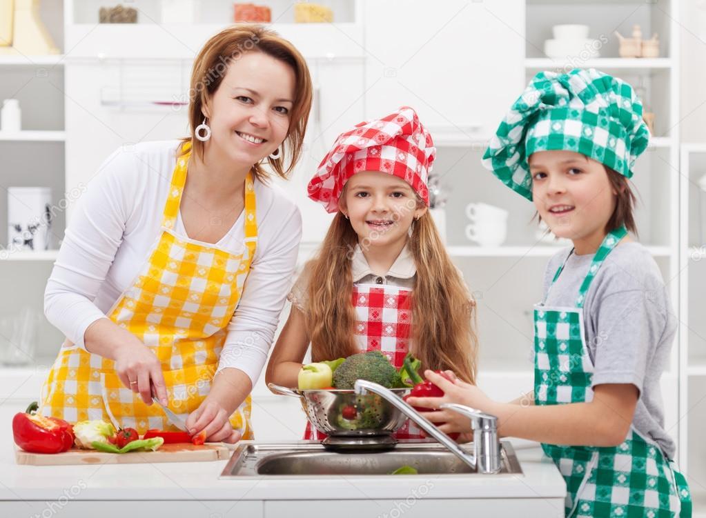 macys kitchen aid inventory app 帮助妈妈在厨房里的孩子 图库照片 c ilona75 24501457