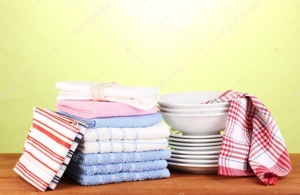 kitchen towels prints 厨房毛巾的盘子上绿色背景特写 图库照片 c belchonock 13395472