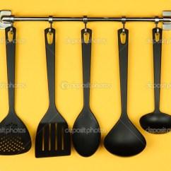 Black Kitchen Appliances Pan Set 银钩 在黄色背景上的黑色厨房用具 图库照片 C Belchonock 19164703