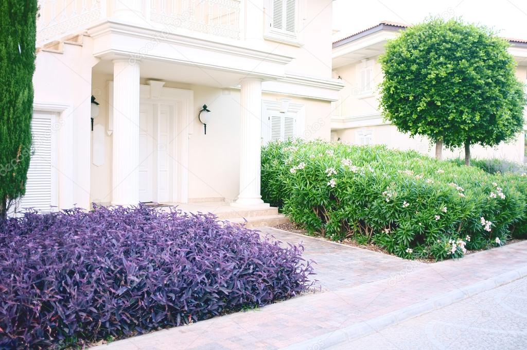 maison moderne avec amenagement paysager sur le devant image libre de droit par belchonock c 28230769