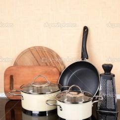 Kitchen Table Round Cabinet Lighting 在厨房的桌子上厨房小工具 图库照片 C Belchonock 43994147