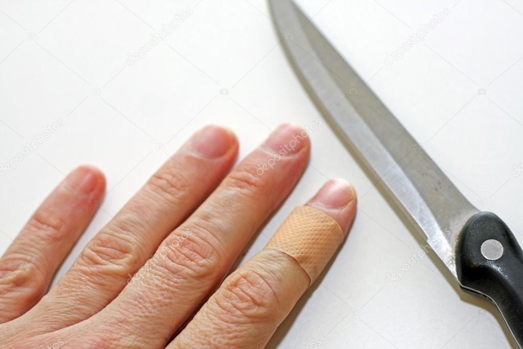 kitchen aid booth plans 手用手指揉的锋利的刀片与乐队援助 图库照片 c chiccododifc 21512153 手用手指与乐队援助和在厨房里的刀的锋利的刀片 照片作者chiccododifc