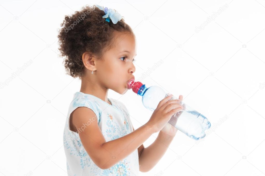 黑白混血小姑娘喝水從一瓶. — 圖庫照片©Yarkovoy#32945605