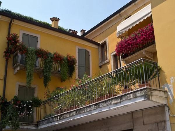balcone di casa italiana classica tipica con fiori fioriture in zona verona lago di garda  Foto