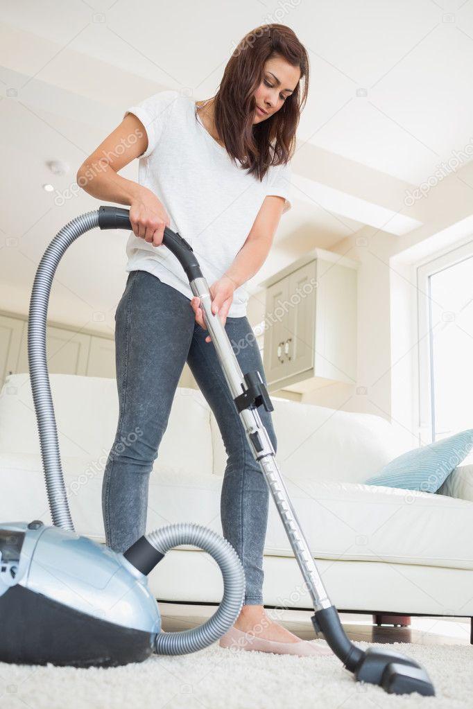 Frau reinigen den Teppich im Wohnzimmer  Stockfoto  Wavebreakmedia 24092715