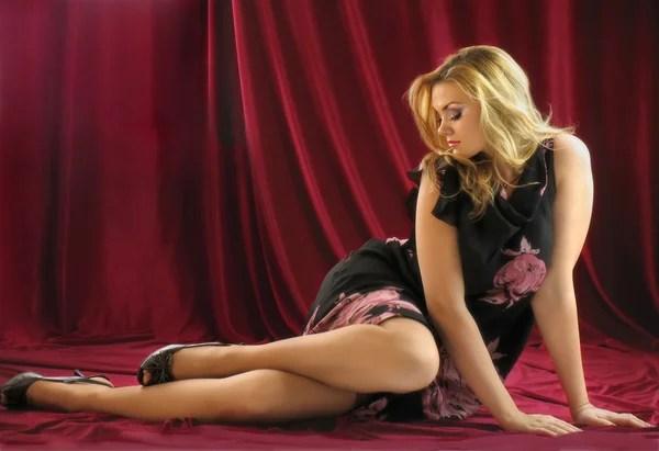 mooi meisje met grote borsten closeup op aard achtergrond  Stockfoto  Svetlana485 39354639
