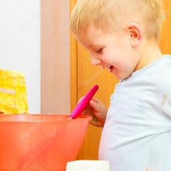 Kitchen Whisk Price To Renovate 男孩孩子烤蛋糕 孩子打面团用钢丝拂尘 厨房 图库照片 C Voyagerix 40441849