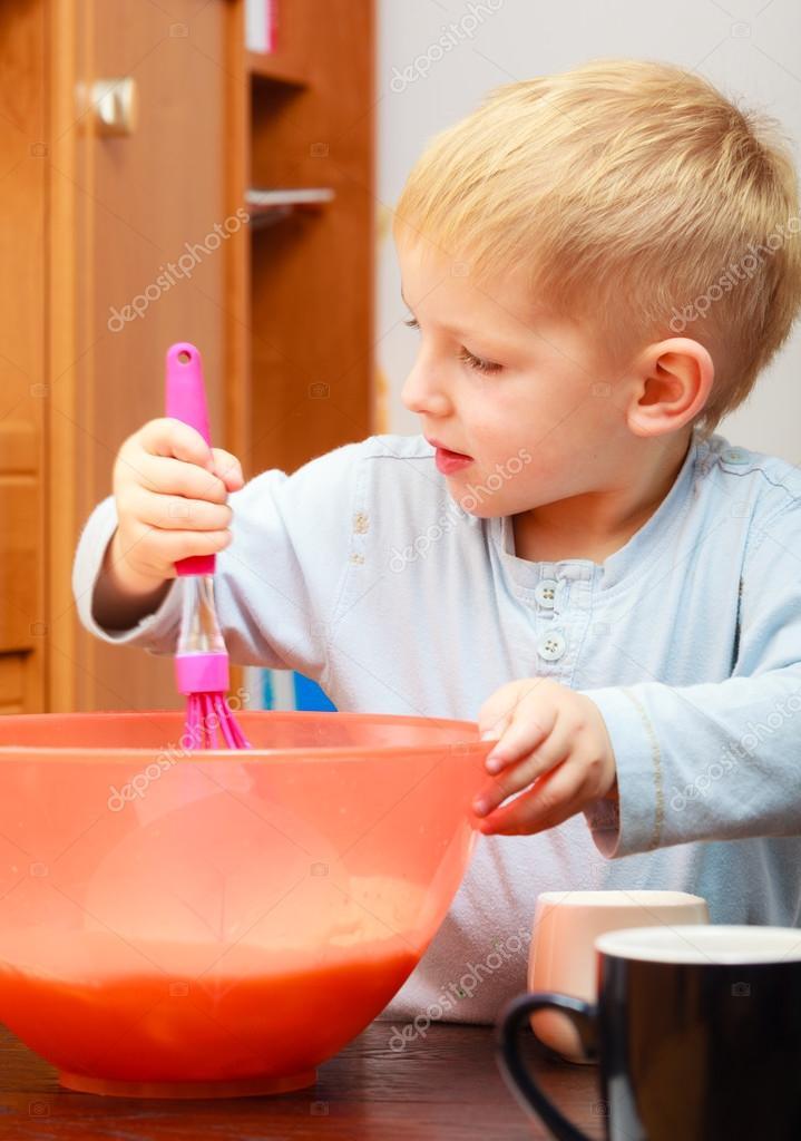 kitchen whisk rubber flooring 男孩烤蛋糕 孩子打面团用钢丝拂尘 厨房 图库照片 c voyagerix 45400957