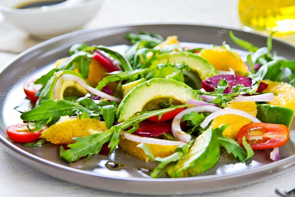 牛油果和橙和甜菜根沙拉 — 圖庫照片©vanillaechoes#51061607