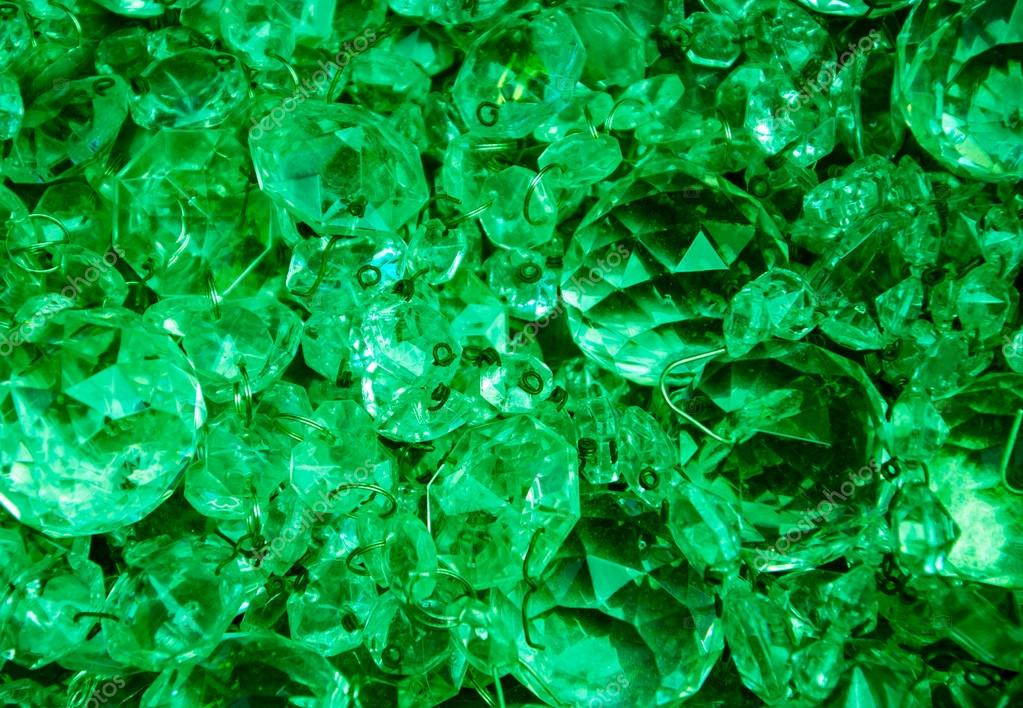 https://i0.wp.com/st.depositphotos.com/1759125/2601/i/950/depositphotos_26013611-Crystal-pendants-background-in-emerald-tones..jpg