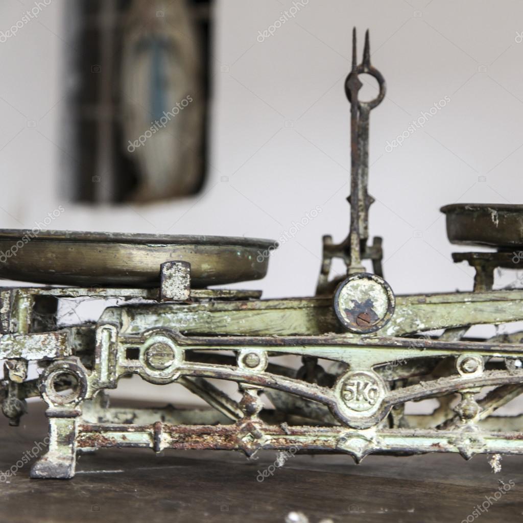 antique kitchen table cabnets 旧古董的重量测量和厨房货物称重 图库照片 c jarin13 39649221 旧古董的重量测量和厨房货物称重木制的桌子上 照片作者jarin13