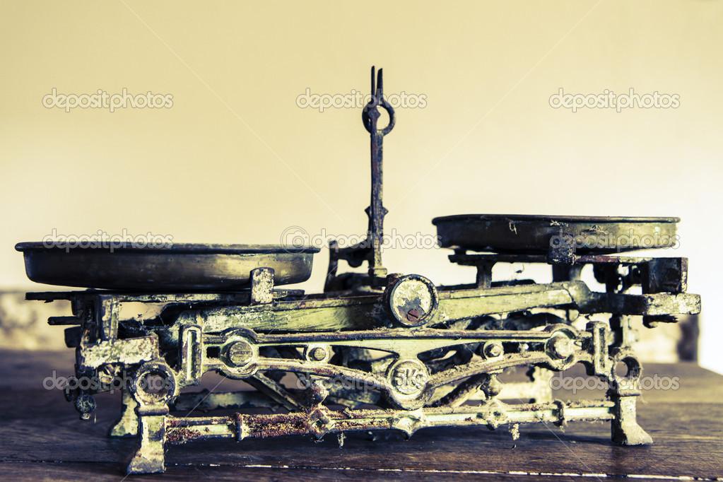 antique kitchen table kenmore appliances 旧古董的重量测量和厨房货物称重 图库照片 c jarin13 40839841 旧古董的重量测量和厨房货物称重木制的桌子上 照片作者jarin13