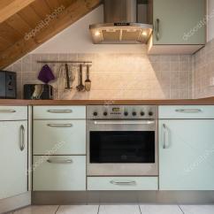 Hood Kitchen Remodel Seattle 单位厨房 图库照片 C W20er 26332269 用烤箱 微波炉 炉灶 引擎盖 文件柜和木制天花板单位厨房 照片作者w20er