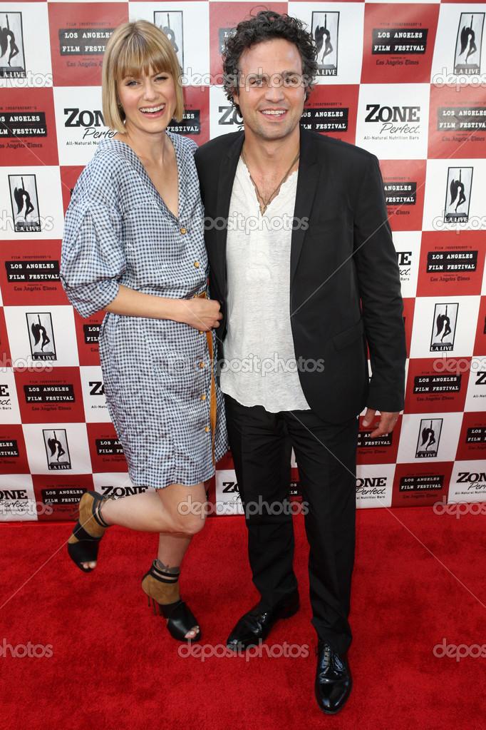 R Mark Ruffalo and wife Sunrise Ruffalo arrive at 'The Kids Are All Right' premiere – Stock Editorial Photo © photoworksmedia #16339651
