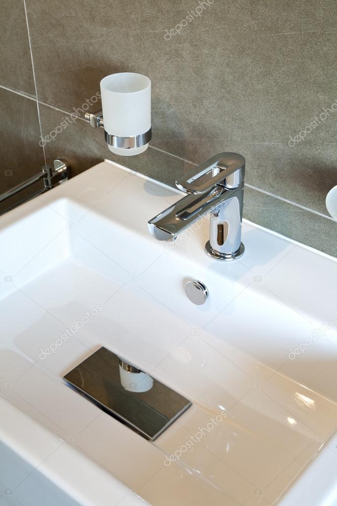 Apartamento novo interior vazio pia do banheiro  Fotografias de Stock  Zveiger 28791199