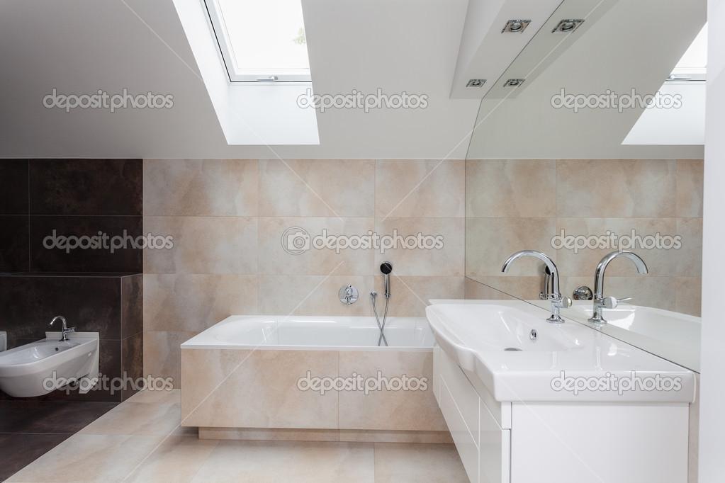 interno bagno con piastrelle beige  Foto Stock  photographeeeu 37472125