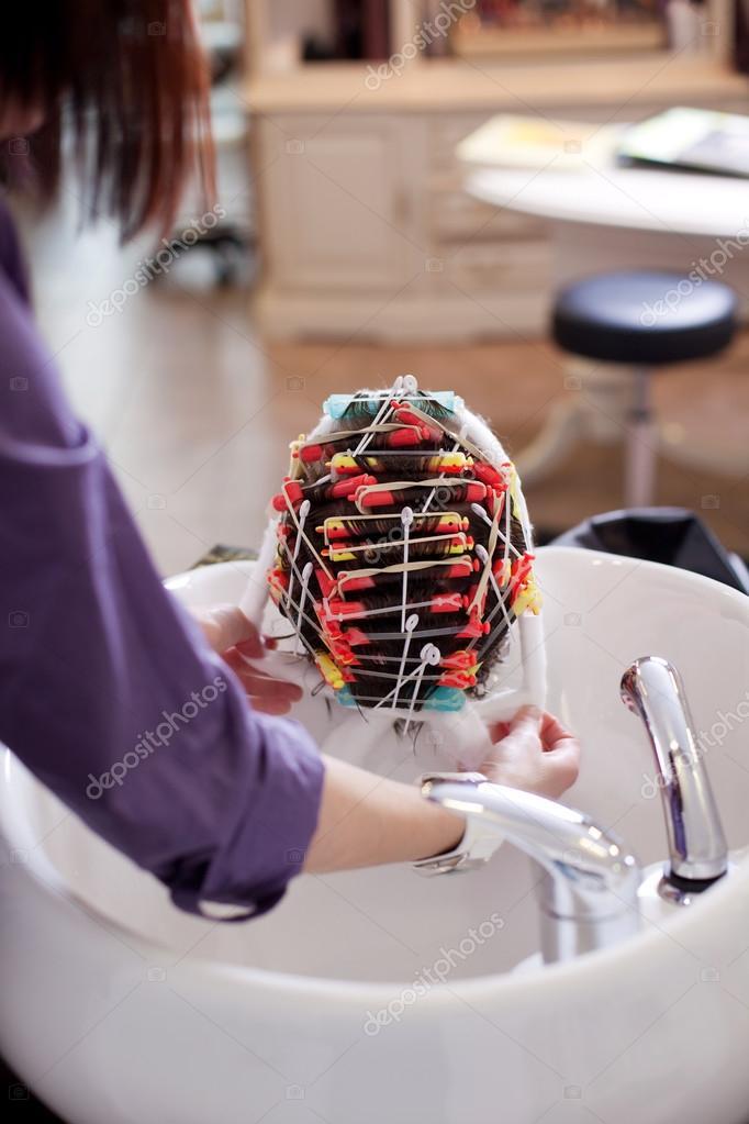 Friseur eine Dauerwelle machen  Stockfoto  racorn 28122955