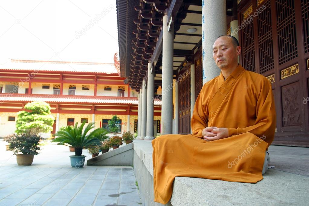 佛教和尚打坐 — 圖庫社論照片 © davidewingphoto #37319261
