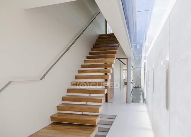 escalier flottant et couloir dans la