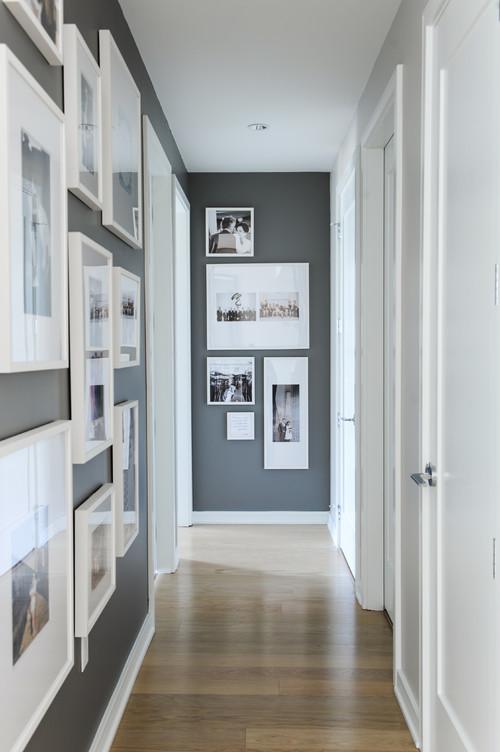 RoyaumeStyleDeco, couloir, mur de cadres, gris et blanc