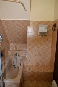 salle de bain dont la baignoire
