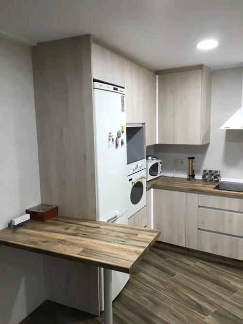 Cocina con encimera imitacin madera y puerta blanca veteada