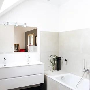 amenagement d une salle de bain contemporaine de taille moyenne avec une baignoire encastree