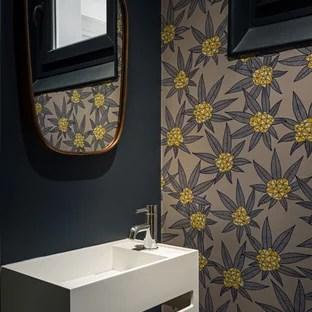 inspiration pour des petits wc et toilettes design avec un mur multicolore et un lavabo suspendu