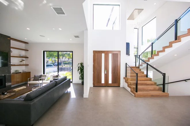 Modern Staircase by Treeium Inc.