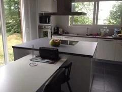 mur pour cuisine blanche avec sol gris