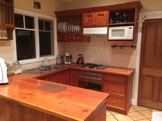 Stickybeak of the Week: Tired Kitchen Gets Breezy Hamptons-Style Update