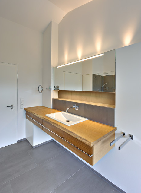 Grzgiges Einfamilienhaus mit schwebendem Dach und Veranda in Bremen  Modern  Badezimmer