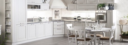 Cucina bianca classica colore top e piastrelle