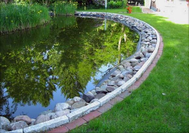 Teich erneuert mit Einfassung aus Granitkanten grau und