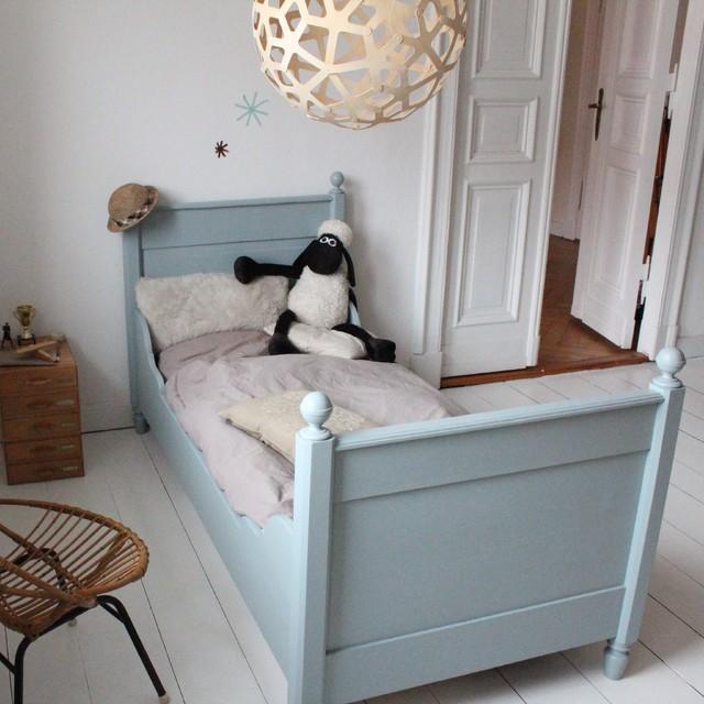 antikes Kinderbett im Kinderzimmer im Vintage Stil
