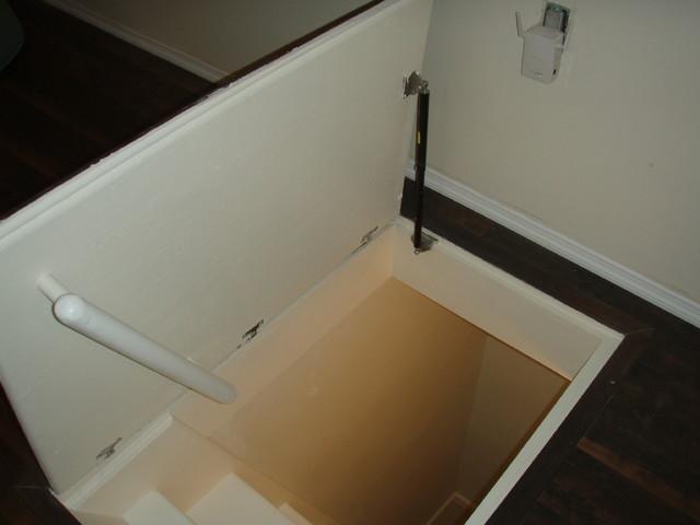 Hydraulic assist trap door