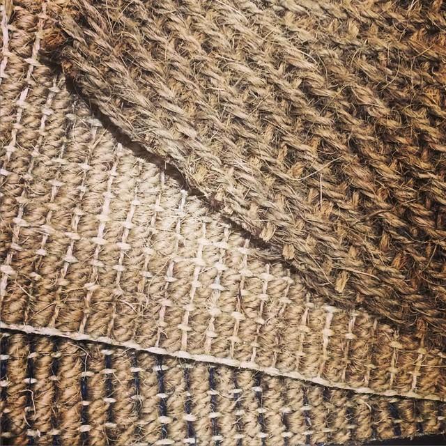 zoom sur le tapis en fibres naturelles