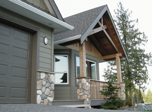 What is the color of the siding and the garage doortrim