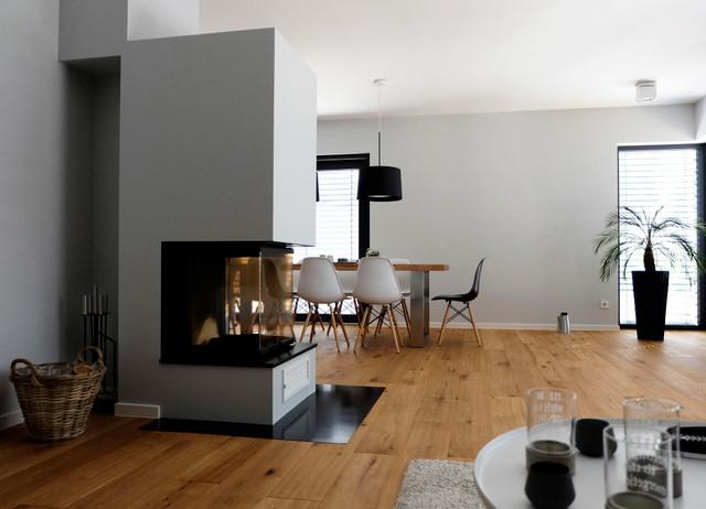 Haus A  offener Wohnbereich mit Kamin als Raumteiler