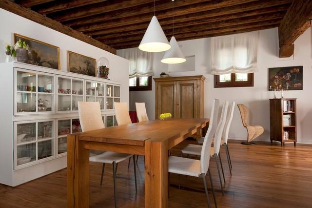 Cucina e arredo completo rustico  Moderno  Sala da Pranzo  Venezia  di Alessi Mobili