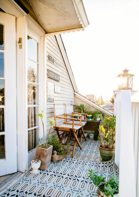 Una volta compreso il colore che meglio ci soddisfa, si deve cercare di arredare il terrazzo con mobili da esterno, ovvero divanetti, poltrone, sedie e tavolini. Come Arredare Bene Anche Un Piccolo Balcone