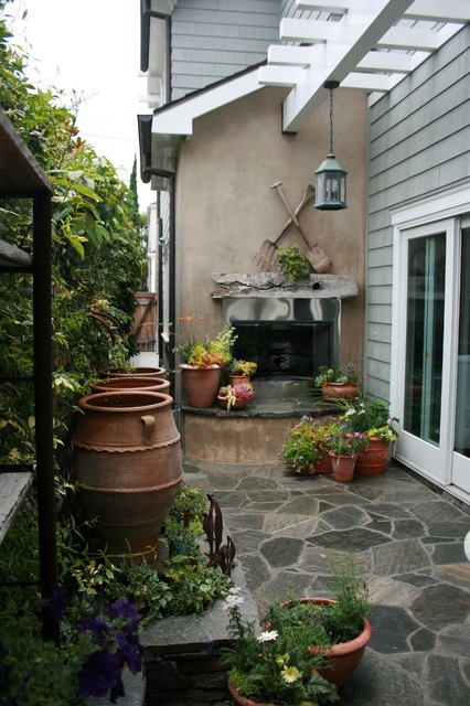 small beach patio and side yard