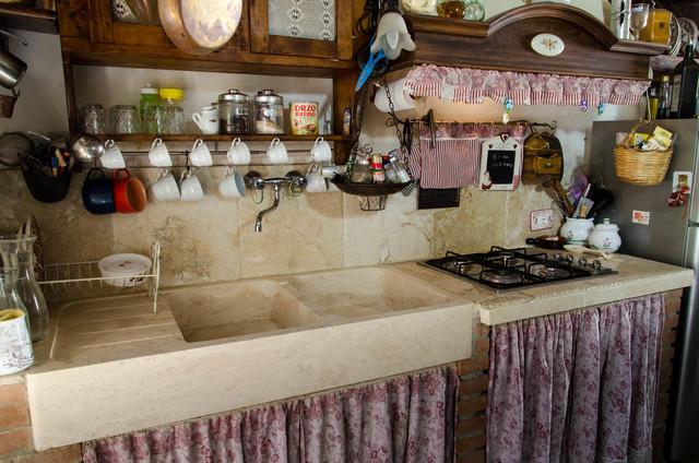 Cucina in travertino stile country  ShabbyChic Style  Cucina  Firenze  di Pietre di Rapolano